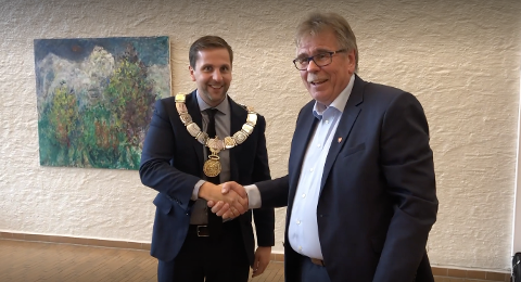 OVERTOK MIDTVEGS: Varaordførar Petter L. Stabel tar den nye ordføraren i handa. Andreas Vollsund overtok i september 2020, eit år som framfor alt var prega av pandemien.