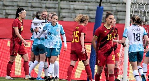 Lise-Marie Utland takker Elisabeth Terland for den målgivende pasningen etter Norges 2-0-scoring mot Belgia.