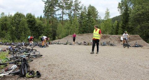 Sykkelparkering: Bent Grønvold har kontroll på sykkelparkeringen før løping mot toppen ved Djupedalstjern, slik at det ikke blir noe kluss i vekslingen mellom sykling og løping. Monica og Bent Grønvold er to av 95 frivillige i år. Begge foto: Privat