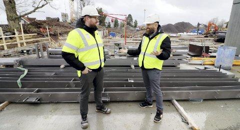 Holder tidsplanen: Selgerne Thomas Furuseth Hansen og Geir Arnøy i Trysilhus, sier det vil skje mye som blir godt synlig på byggeplassen fram mot påske. Foto: Pål Nordby