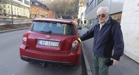 Blir forbannet og skuffet: Helge Virum skulle bare en kjapp tur inn i banken, da det smalt bak på bilen hans. Uten at noen har hørt noe eller at det ble lagt igjen en beskjed fra den som gjorde det. Foto: Pål Nordby