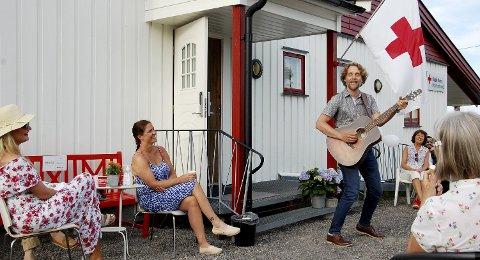 God stemning: Jan-Tore Saltnes satte stemningen på grillfesten. Foto: Karin Irene Lofsberg
