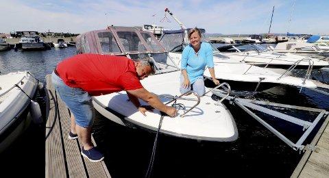 Gleder seg over ny båt og strålende sommer: 195.000 kroner for 21 fot med 135 hestekrefter og tilhenger. En velholdt båt fra 2004. Irene Granbakken Narvesen og Kjetil Narvesen er glad de har sikret seg båtplass i Hagemann. Foto: Pål Nordby