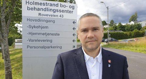 Forstår at pårørende reagerer: Jan Fredrik Vogt (FrP) ble forskrekket over det han så rundt veggene ved sykehjemmet i Holmestrand. – Her gror det helt ned, sier han, og varsler en interpellasjon til kommunestyret med spørsmål om ansvaret. Foto: Privat