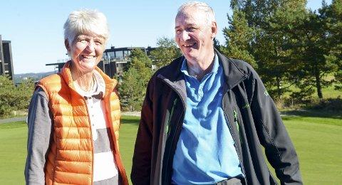 Får penger: Knut Taraldsen i Kragerø golfklubb (t.h.), her sammen med president Marit Wiig i Norges Golfforbund. Arkivfoto: Nils Jul Lande
