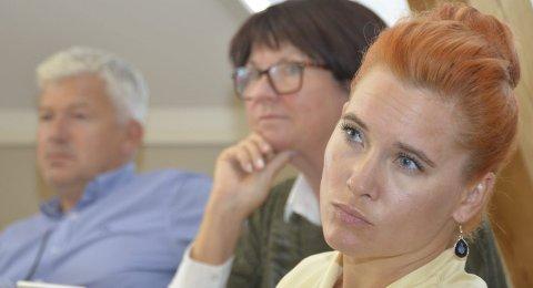 Reagerer: Rødts varaordfører Charlotte Therkelsen Sætersdal (t.h.) reagerer på beskyldning om at hun og ordfører Jone Blikra skyver ansvaret for innstramminger over på rådmann Inger Lysa og administrasjonen.