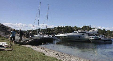 Fullt: Brygga ved Ospevika kirkegård var tirsdag full av store båter som hadde lagt seg til, i strid med skiltingen. Foto: Privat