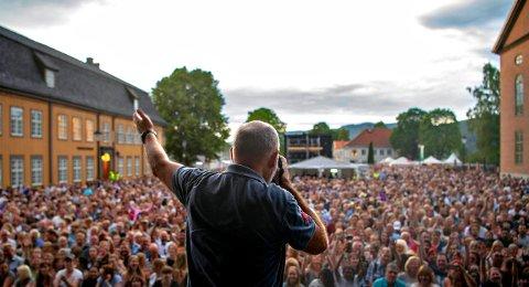 ER DET NOE LIV HER?: Jan Storfossen fikk sine fire minutter i rampelyset foran 12.000 mennesker på Kirketorget.