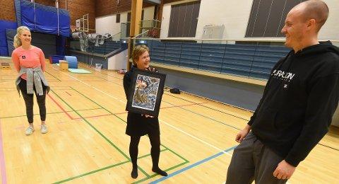 NY JOBB: Før jul overrasket Stian Sivertzen og Silje Norendal (t.v.) lederen i KIF snowboard Hege Steffensen med prisen som Årets klubb. Nå skal Stian jobbe i oljeindustrien. FOTO: OLE JOHN HOSTVEDT