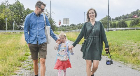 Gleder seg: Klara (6) er på vei til Høvik skole. Det er en stor dag for både henne, mamma Camilla Kongshaug og pappa Eivind Bisgaard Sundet. Hun er veldig spent, men gleder seg mye mer enn hun gruer seg. FOTO: Guro Haverstad Torgersen