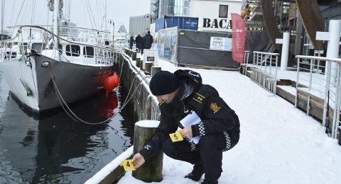 BEFARING: Terje Pedersen i svolværpolitiet under befaringen. Foto: Gullik M. Pedersen
