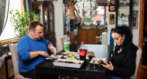 MIDDAG: Roger Evensen og datteren Ida Elise Evensen spiser middagen sammen. Bildet av den helt vanlige, men private situasjonen er nå på utstilling.