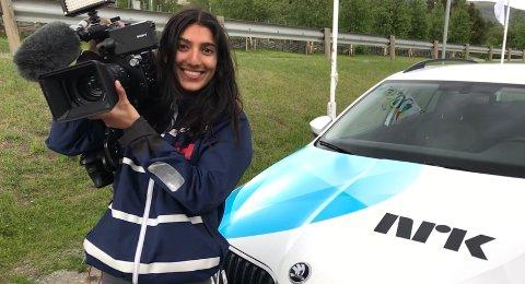 TV-reporter: Simra Jahan Maqeool har vært utplassert i NRK hvor hun blant annet fikk prøve seg som TV-reporter.Foto: Even Lusæter/NRK