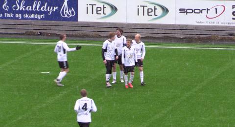 JUBEL: Morten Andersen og Ishavsbyen jubler etter 6-1-målet.