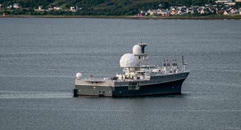I SUNDET: Her seiler FS «Eger» fra kai i Breivika i Tromsø mandag, før forsvarsskipet fortsatte nordover.