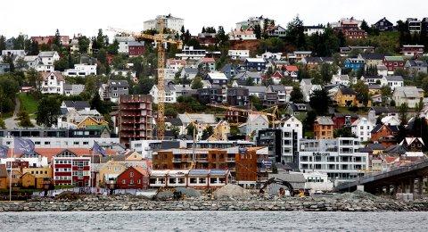 Det er tett mellom heisekranene og byggeprosjektene i Tromsø. Det gir flere utfordringer. Foto: Ola Solvang