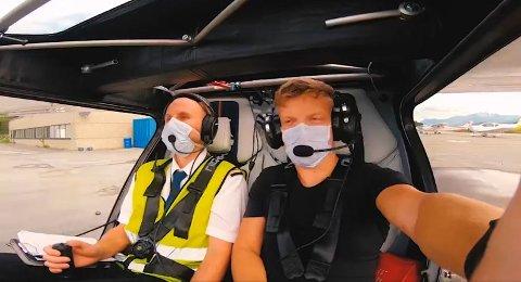 HISTORISKE: Pilot Terje Johan Pedersen og teknisk sjef Tage Åsali Jenssen ved University of Tromso School of Aviation