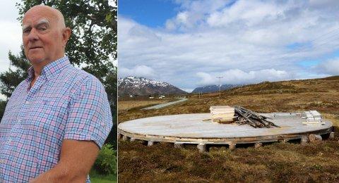 VIL PROTESTERE: Kjell Hauglann har hytte i Risvika. Hans eiendom er nabo til en eiendom hvor utviklere ønsker et turistanlegg. Men først må området omreguleres. Det ønsker Hauglann at politikerne skal sette foten ned for. Til høyre er tidligere rester fra ulovlig oppførte bygg i Risvika, brukt til turistformål.