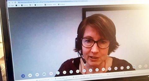 BEKLAGER: Kommunedirektør Esther Gilen la seg flat på vegne av egen administrasjon i kommunestyremøtet i Nordre Land torsdag etter stor sprekk i budsjettet for utbygging av avløp til Holmenjordet.