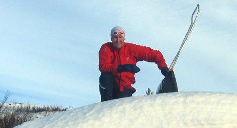 SAVNER FAMILIEHYTTA: Espen Rostrup Nakstad på taket av familiehytta i Valdres. Her skulle den assisterende helsedirektøren vært under normale forhold.