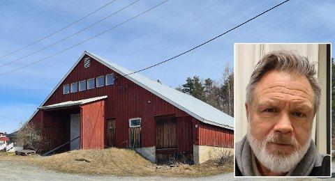 SELGER: Kjetil Sangnes selger to tomter han far i sin tid kjøpte midt i Bøverbru sentrum. Dette næringsbygget står på en ene tomta.