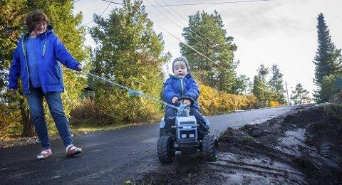 Manøvrerer på grøftekanten: Kari Kimmestad Blom og Iver (3 1/2). Foto: Åsmund Løvdal.