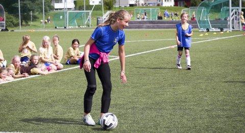 Fotballglede: Amalie Krogh og de mange andre hadde det morsomt på fotballskolen i Ski. I støtte (i blå vest) her har hun Athine Lanes. Kampen måtte til slutt avgjøres ved en uhøytidelig straffesparkkonkurranse, men den ble feiret stort av det vinnende blå laget!ALLE FOTO: Atle Larsson