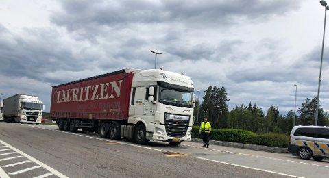 KONTROLL: Statens vegvesen holdt kontroll av tyngre kjøretøy på Taraldrud tirsdag. Rundt 100 kjøretøy ble vinket inn. Det var ikke føreren av denne lastebilen som fikk 20.000 kroner i bot.