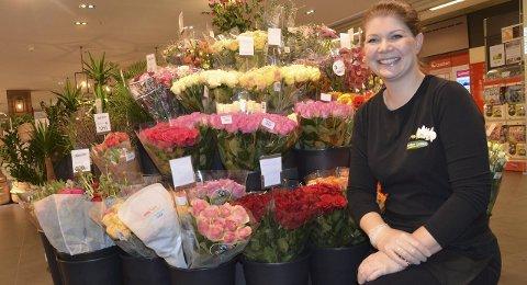 Venter økt salg: Marit Amundsen hos Mester Grønn på Fritzøe Brygge har rosene klare til Valentinsdagen.