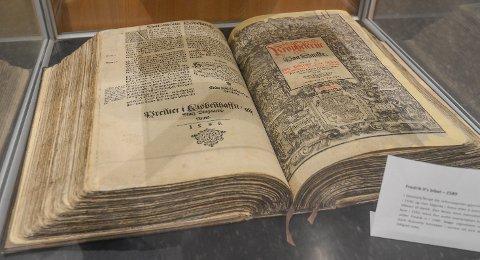 DANSK: Denne danske oversettelsen av bibelen ble utgitt i 1589.