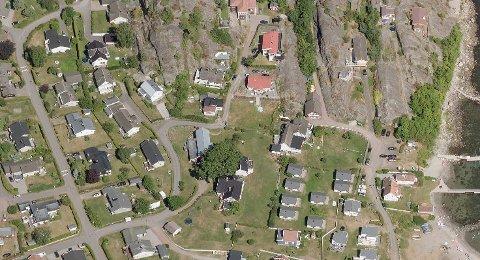 I et av boligstrøkene på Hvasser følges en huseier opp fordi boplikten, ifølge kommunen, ikke er blitt overholdt over tid.