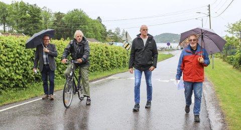 Bekymret i Tenvik: Fylkesvei 410, med Tenviktoppen til brygga med veierlandsferja som siste etappe, er ingen romslig vei. – Dette handler om sikring av barn og gående langs veien. Bilførerne ser ikke skiltene, for de skal rekke ferja. Bussene er vanskelig å komme forbi. Det er trafikkfarlig her, mener Knut Vetvik (nummer to f.v.). Han møtte Arve Høiberg og Jon Sanness Andersen i Tenvik sammen med Steinar Gullvåg (t.h.). Foto: Nina Therese Blix