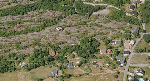 Her ser vi hytta i Midtgårdsveien 29 helt til venstre i bildet. Veien til høyre er Moveien som leder ned mot Moutmarka og Mostranda.