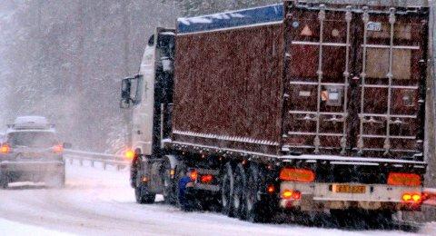 KAOS: Utenlandske vogntog som ikke er skodd for norske veier, skaper kaos på veiene hver gang det snør. Illfoto