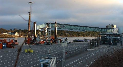 Entrepenør Wasa Dredging har depot for anlgessutstyret på Langesund Havneterminal. Anleggsarbeidet har startet med sjømerking av farvannet i Gamle Langesund mellom Gjeterøya og Langøya.