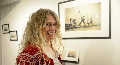 Utstilling: Kunstner Hilde Strand forteller at det fortsatt er plass til flere kunstnere på høstutstillingen i november. Foto: Lisa Ditlefsen