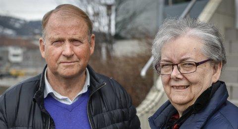 På den siste dagen: – Det var diskusjoner om vi skulle dra eller ikke, og så fant jeg det fineste funnet på hele utgravingen, sier Svenn Mikalsen som sammen med Gunhild Løvstrand deltok som hjelpere under Rana-undersøkelsen på 60-tallet.Foto: Øyvind Bratt