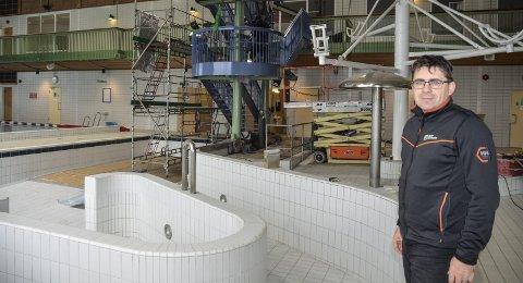 Her skulle den stått, men den nye vannsklia i Moheia Bad lar vente på seg. Den blir først levert i uke 51 eller 52. Da må badet stenge ei uke eller to igjen. – Åpningen av selve badet skjer dog mandag den 2. november, opplyser daglig leder, Roy Millerjord. Foto: Trond Isaksen