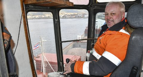 Flott usikt: Kranfører Svein Rostad har flott utsikt fra kabinen til Kran 89, som har vært i drift på Rana industriterminal siden 1970. Neste sommer skal den skiftes ut.