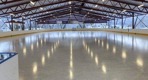 SKINNENDE BLANK: B&Y IL Ishockey har løst prepareringsgåten. Med den nye ismaskinen lager man nå suveren skøyteis på Skillevollen. Foto: Trond Isaksen og Åsmund Berge