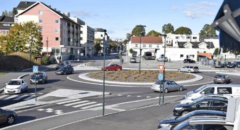 SVÆR: Rundkjøringa ved Haugli. Var det nødvendig å lage så svær rundkjøring'a? spør forfatteren av innlegget. FOTO: Anette Marcelle Hallquist