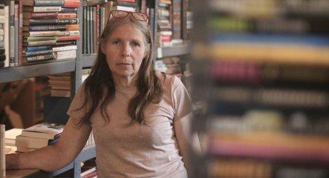 BOKMARKED: Lise Søderholm (60) arrangerer bokmarked på tettstedet før det gjøres klart for loppemarked.
