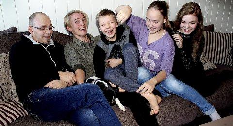 VALGTE FAMILIEN: Marianne Medlie Garpe-Hallø med familien: Ektemannen Lars, sønnen Sondre (9) og døtrene Madelen (12) og Julie (14) – for ikke å forglemme hunden «Irja», som akkurat her gjemmer seg litt for fotografen.  Begge foto: Torstein Davidsen