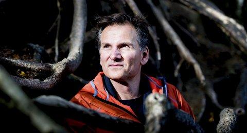 Sigbjørn Mostue skrev i 2014 en dystopi om framtidas skrekksamfunn, en verden rammet av pandemi.