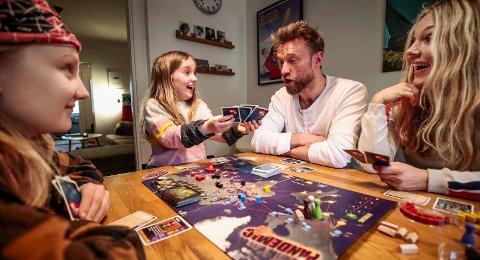 Aksel (12), Ea (7), pappa Steffen og mamma Eldrid sitter ofte rundt kjøkkenbordet med et brettspill. Det er fort gjort å bli ivrig, og de anbefaler å ikke starte et spill langt ut på kvelden, da kan det bli seint.Begge foto: Lise Åserud / NTB scanpix