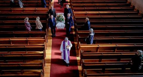 Begravelse i Grefsen kirke i Oslo under koronatiden i mars. De frammøtte og familie sitter med god avstand til hverandre. Foto: Vidar Ruud / NTB scanpix.