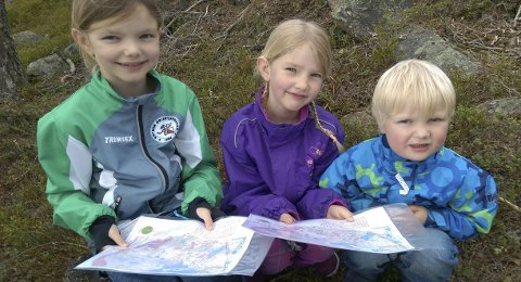 NYBEGYNNERE: Jenny (t.v.), Amelie og Ommund Tørvolt deltok i nybegynnerklassen under o-løpet «Eikerløpet».Foto: Torgeir Straqndhagen