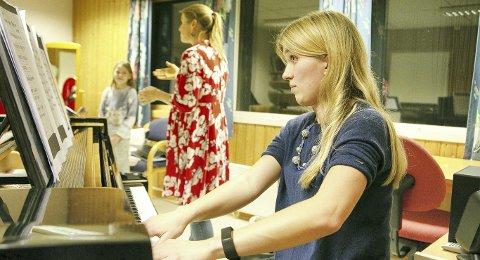 Kulturskolelærer På piano: Olga Jørgensen trakterer tangentene, mens sopran og lærer May-Britt Forsberg og Alexandria Liholt synger i bakgrunnen. Foto: Sonja Sötje-Andresen