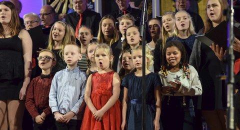 Inne sist - ut nå: Barna i Vesterøy Barnegospel hadde forrige helg en stor opplevelse, da de sang sammen med Sandefjord Blandede Kor i en fullsatt Sandefjord kirke. Mandag klokka 18.00 opptrer de med julesanger utenfor butikken Kaos ved Bytunet.