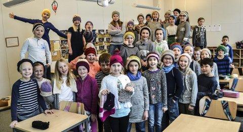 4. trinn: De 40 elevene på 4. trinn ved Sande skole har fått dilla på strikking. Nå kan de presentere luer, skjerf og pannebånd fra ukers arbeid. Begge foto: Paal E. Nygaard